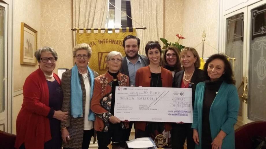 Un moment émouvant lors de la remise du chèque à Monica Marinelli par l'association Zonta club de Monaco. (DR)