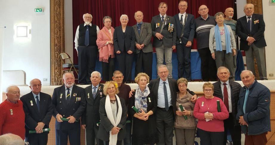 Autour de la présidente Christiane Berthou (en haut avec l'écharpe bleue), le bureau au complet, les médaillés du jour et le député Jean-Louis Masson, Marie-France Fleuret, adjointe au maire, et l'amiral Alain Dumontet.