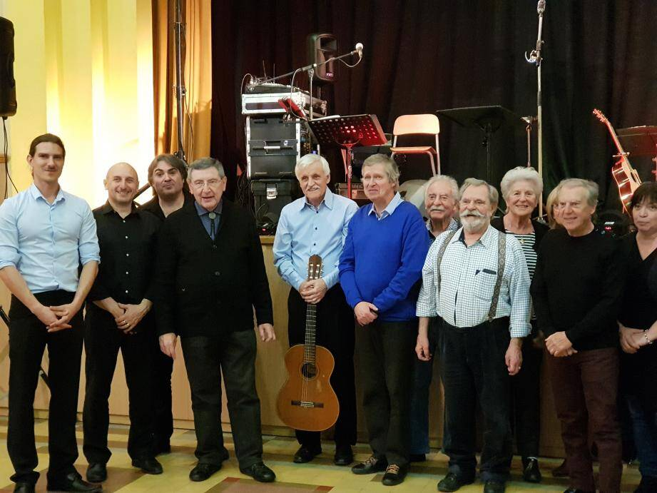 Jean-Bernard Plantevin (avec la guitare), ses musiciens (à gauche ci-dessus), le maire Robert Bénéventi (4e en partant de la gauche), Olivier Neige (avec le pull bleu), président de l'association Lou Fougau Prouvencau.