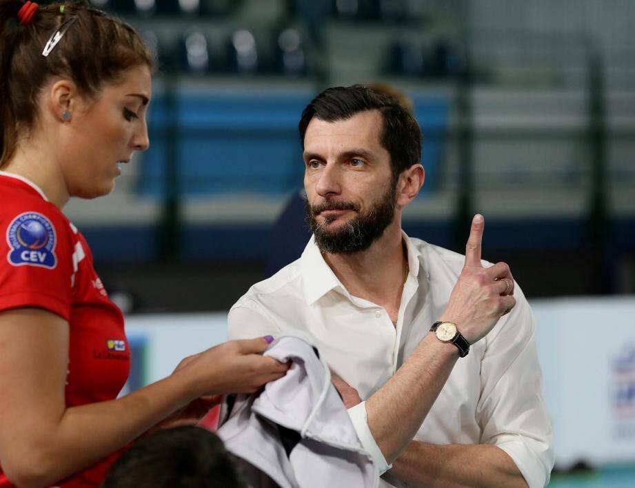 Malgré leur courage, les Raphaëloises (ici Michaela Abrhamova, de dos, et Symone Abbott) ont affiché trop de limites face aux Hongroises emmenées notamment par Nikoleta Perovic (à droite).