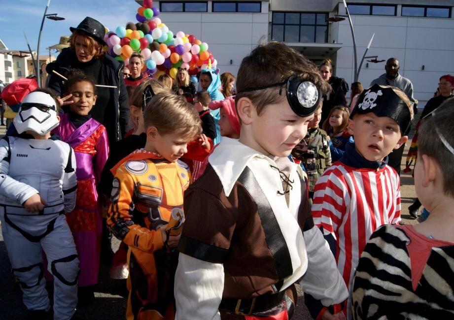 Tous les enfants arboraient de très beaux déguisements devant la mairie de Pégomas.