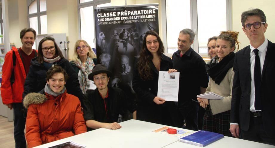 Sur le stand de présentation de la classe préparatoire aux grandes écoles littéraire. A droite : Philippe Bidet, le proviseur.