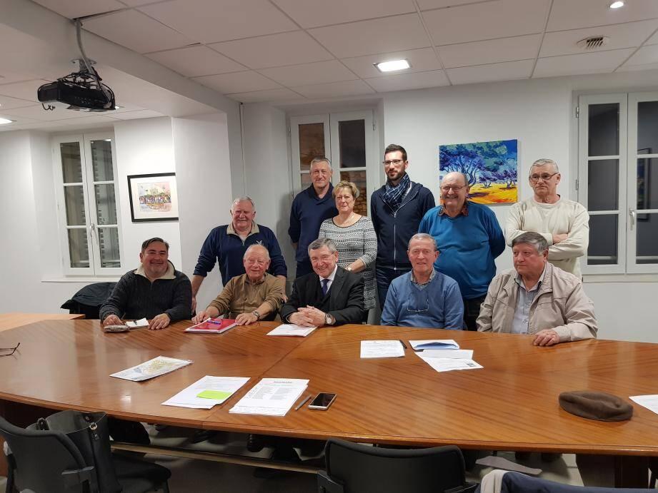 Les membres du Groupe de recherches sur le patrimoine ollioulais entourent le maire Robert Bénéventi, présent à l'assemblée générale .