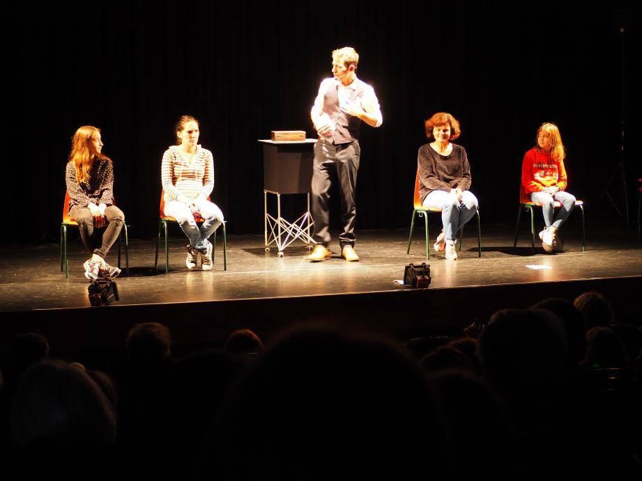 Plusieurs candidats sont montés sur scène pour que Wicka montrent ses super-talents de mentaliste.