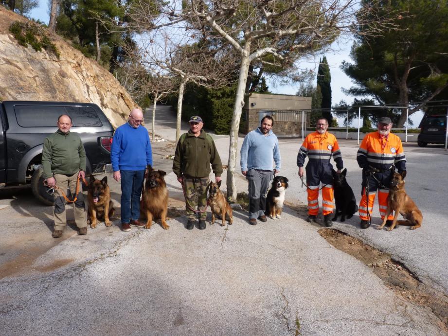 L'équipe cynophile de chiens de secours, en présence du président national de l'association, Gilles Weick, à l'extrême droite, et du Ramatuellois Yannick Laurent (au centre).