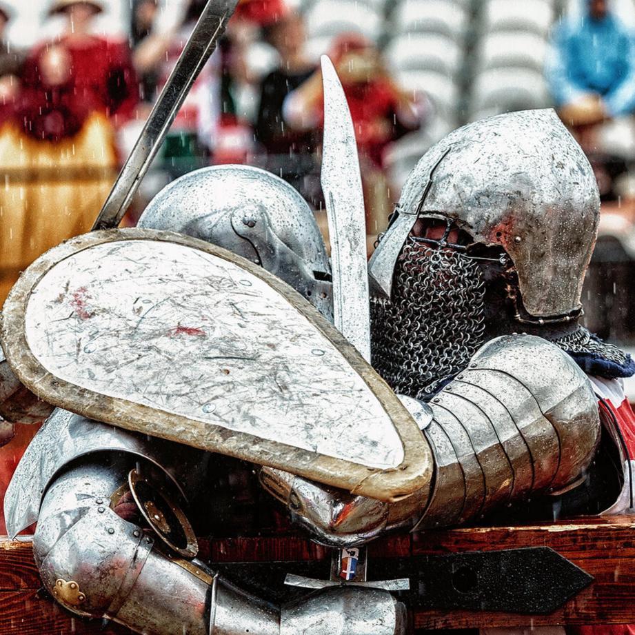 Les combattants, appelés « chevaliers », utilisent des armes non tranchantes pour s'affronter. La Buhurt Prime de ce week-end est organisée par Monaco Live Productions et l'association monégasque de combat médiéval.