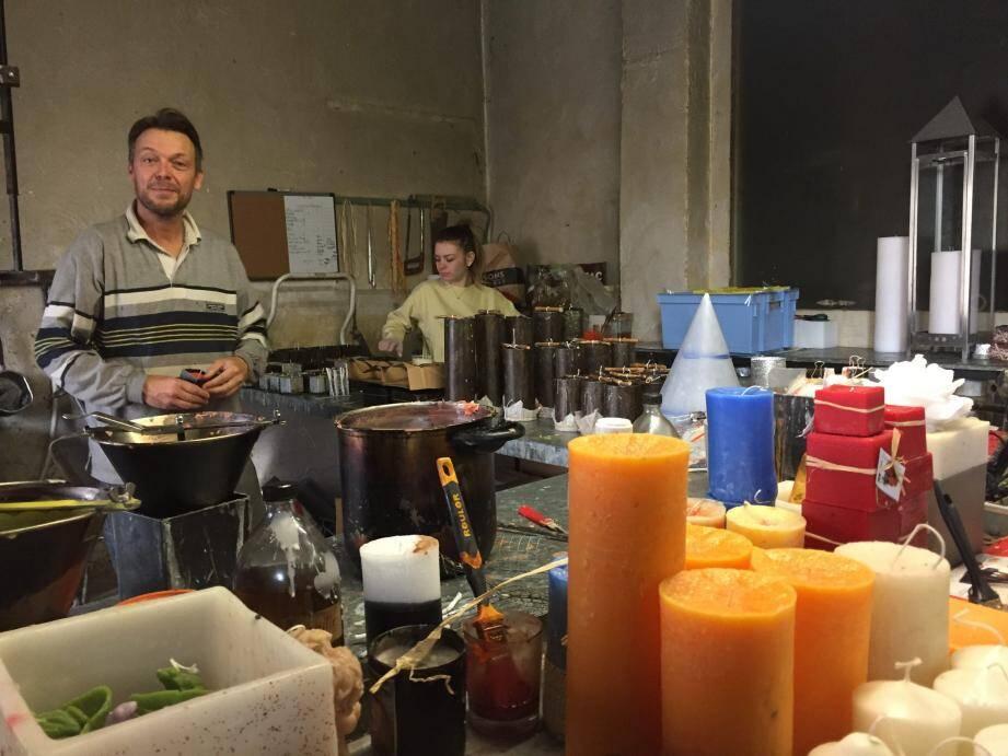 Ce matin-là, c'est William, le fils de Bruno Azambourg qui a confectionné les mimosettes. Et c'est la toute souriante Elodie qui se charge de les vendre.