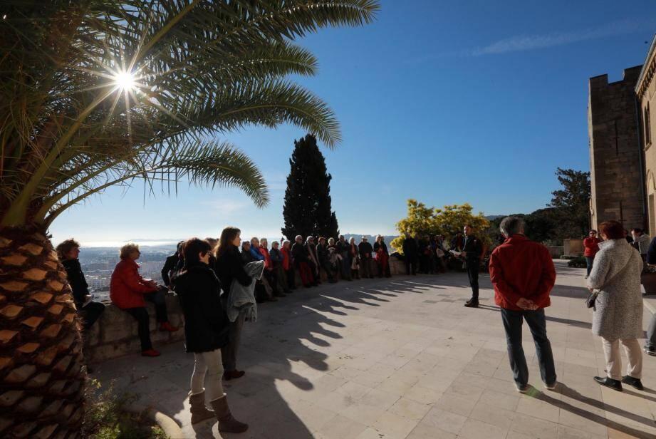 Une visite a réuni une trentaine de personnes sur le thème « Hyères, ville d'amours ».