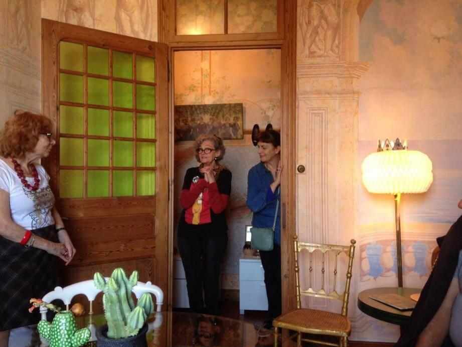 Bénédicte Sire et ses visiteurs accueillis par Fanny Rogolini à la Villa Juturne qui, depuis 2018, est inscrite au titre des Monuments historiques.