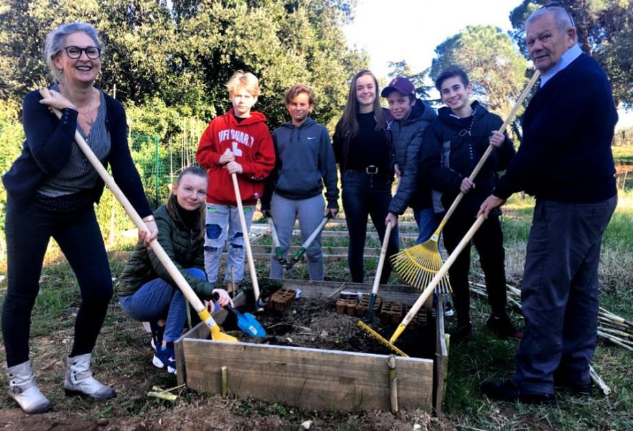 Isabelle Bochatay (à g.) au côté de l'adjoint à la jeunesse Jean-Marie Toucas, encadre le projet des jardins partagés mis en place par l'espace jeunes.(P. O.)
