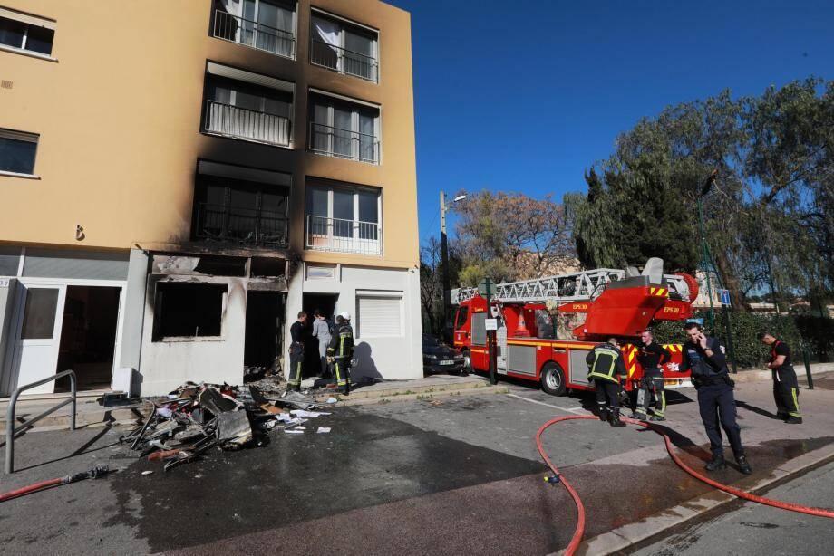 L'incendie a léché la façade de l'immeuble, mais sans faire de dégâts dans les étages.
