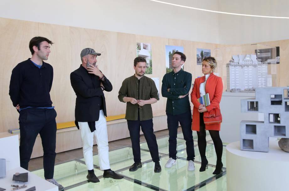 Antoine Chauvin, scénographe de l'exposition, Jean-Pierre Blanc directeur du centre d'art, et les trois commissaires Benjamin Lafore, Sébastien Martinez-Barat et Audrey Teichmann.