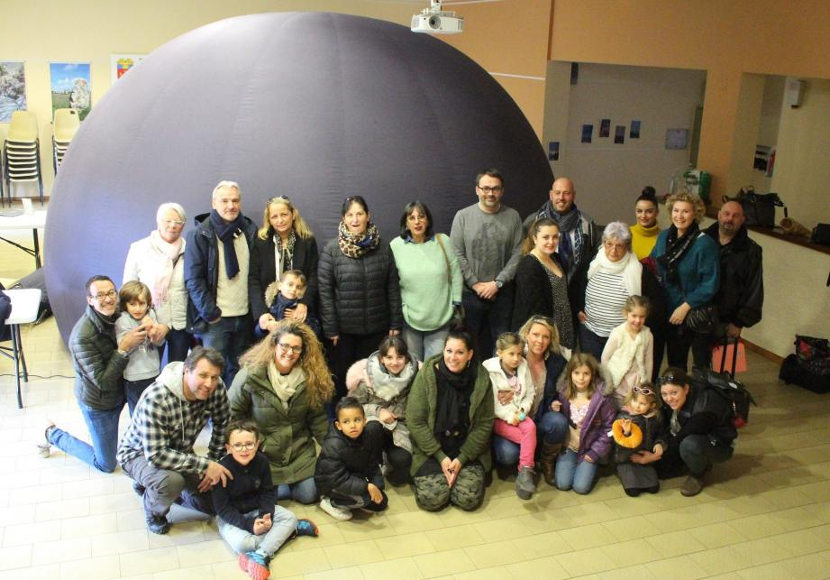 Les membres de l'association devant la géode gonflable.(Photo M. R.