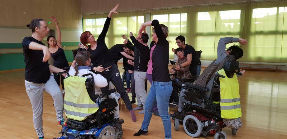 """""""Je ne connaissais pas du tout le monde du handicap, quand je me suis trouvée en face d'enfants polyhandicapés qui voulaient faire de la danse"""", explique Cécile Martinez, ici au centre, lors d'une répétition avec danseurs valides et handicapés."""