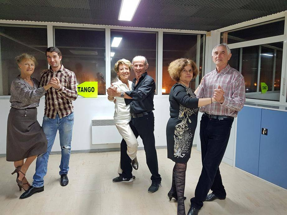 De gauche à droite Catherine, Belka, Rita, Gérard, Angelica et Lucien entouré de quelques-uns de ses élèves.