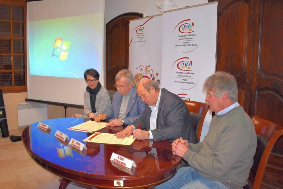 Roland Rolfo et Hugues Martin, entourés par Muriel Rodriguez et Raymond Borio, ont signé la charte de soutien aux artisans.