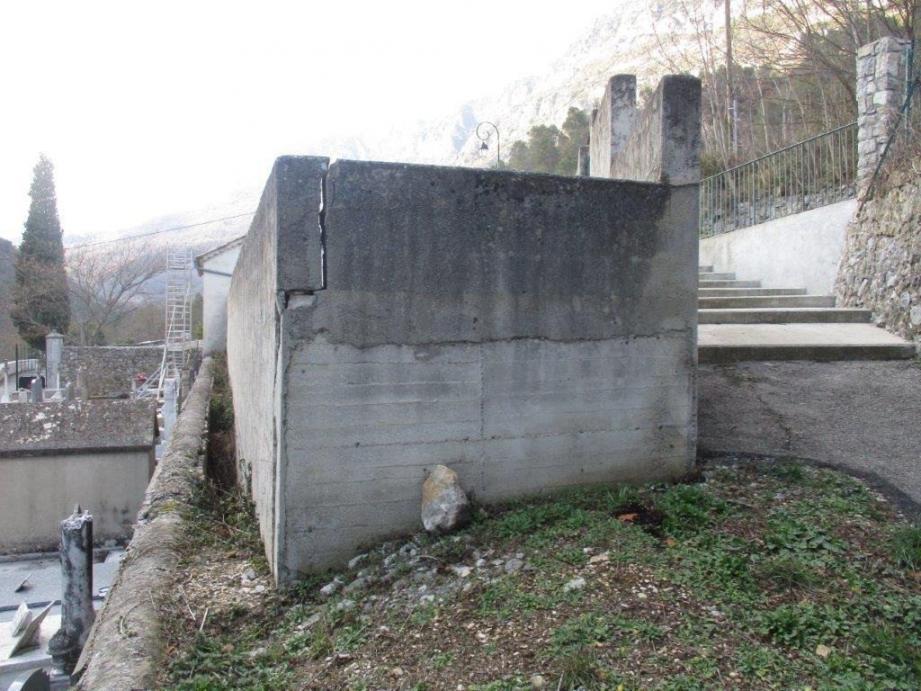 Le mur du cimetière musulman, à restaurer, s'élève devant une partie du terrain prévu pour son agrandissement. Au fond : on entrevoit la chapelle, dont la réhabilitation est également projetée.