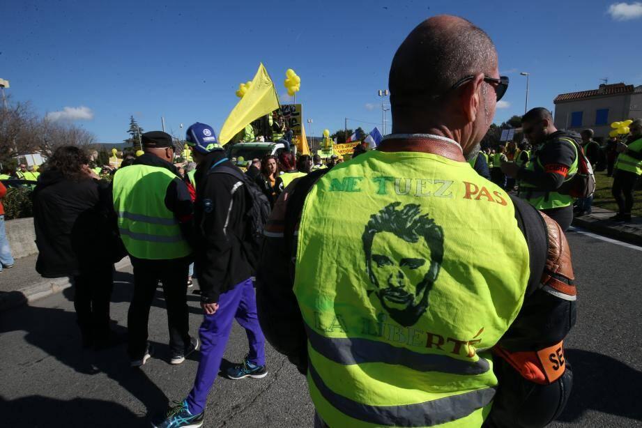 Les manifestants ont marché du parking Saint-Jean jusqu'au rond point de la fin du boulevard Anatole-France, où les sirènes du chantier ont longuement retenti et où un gilet jaune géant a été suspendu à une grue !