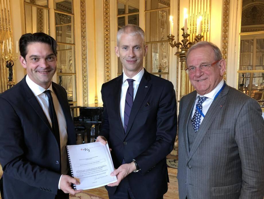Jérôme Viaud, et Jean-Pierre Leleux ont remis le dossier de demande d'attribution du label en main propre Franck Riester.