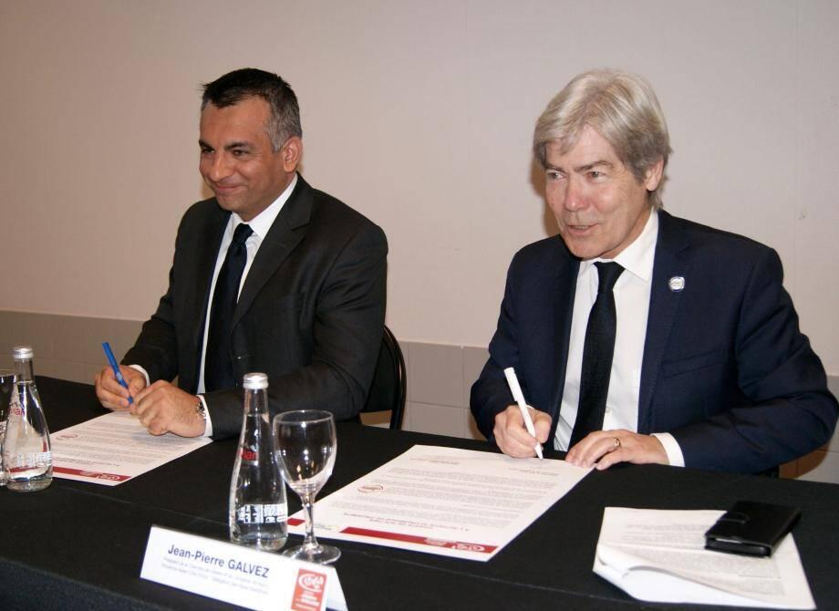 Sébastien Leroy et Jean-Pierre Galvez signent la charte de soutien aux entreprises artisanales de la commune.