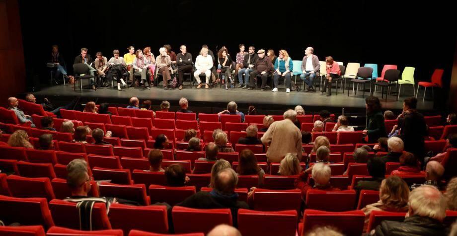 Pas la foule des grands jours, dimanche soir, pour la version du Grand débat proposée par le théâtre Liberté et animée par la directrice Pascale Boeglin-Rodier, en marge de l'organisation officielle. Formant comme un grand cercle, quelque 150 participants ont échangé, dialogué.