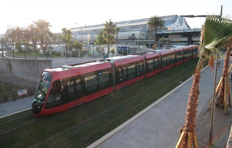 Contesté par les chauffeurs de taxi, le prix du tram à l'aéroport pourrait n'augmenter que pour les habitants extérieurs à la Métropole Nice-Côte d'Azur.