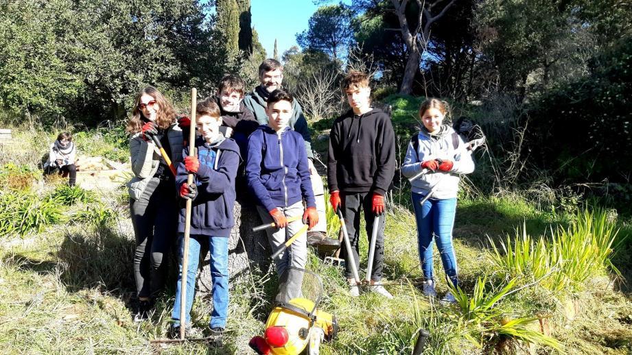Des jeunes remettent en état le jardin bouquetier de la villa Aurélienne de Fréjus.
