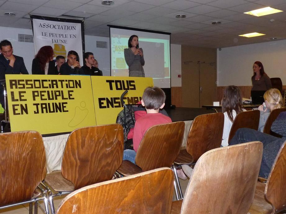 Une soixantaine de personnes a assisté lundi au lancement de l'association des « gilets jaunes » de Cagnes à l'Espace centre. La salle était prêtée par la Ville. (Ph. M. T.)
