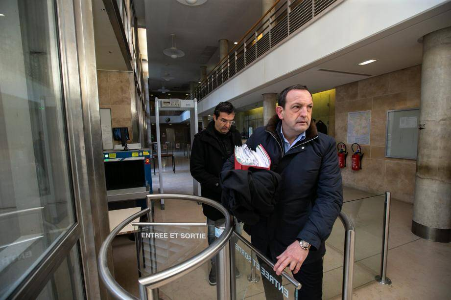 Me Thierry Fradet suivi par son client, le douanier François-Xavier Manchet.