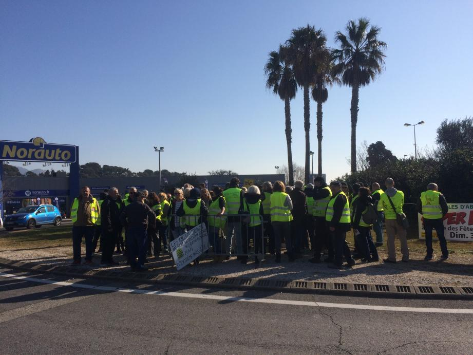 La plupart des Gilets jaunes qui occupaient hier le rond-point à proximité de Carrefour Ollioules ne souhaitent plus être photographiés à visage découvert « par peur des représailles ».