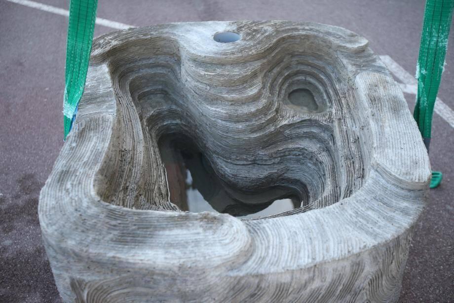 Les blocs de béton agissent comme des bassins de roches naturelles pour favoriser le développement d'un écosystème de plancton marin en son cœur et ainsi créer une dynamique pour la nature dans les eaux du port.