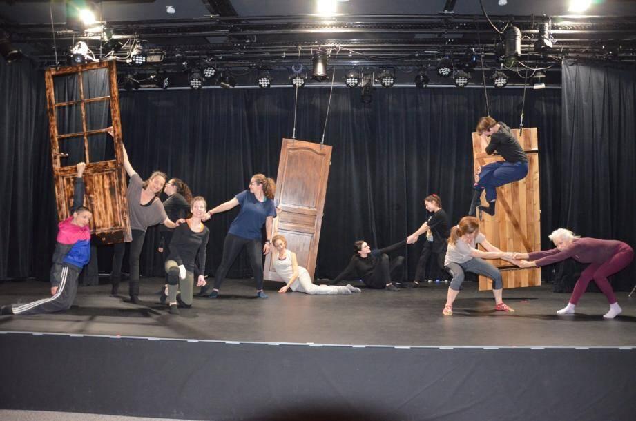 Les trois animatrices de l'atelier danse (une à chaque porte, Eugénie Andrin au centre) et les élèves, ont improvisé de belles chorégraphies. Quatre d'entre eux sont de l'école municipale de danse de Beausoleil. À droite, les portes s'ouvrent sur les peurs, l'abîme ou l'illusion mais aussi le rêve, l'espoir et la vérité...