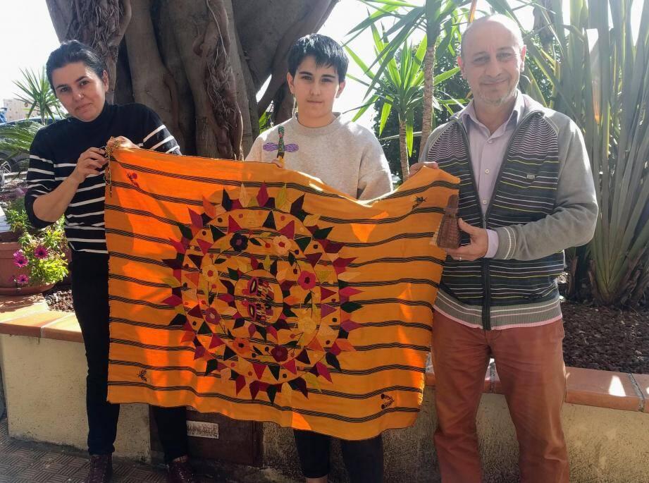 Almudena Arellano, Inès et Pascal Brun ont ramené de nombreux objets du Guatemala. Ce tissage représente des cercles concentriques, qui symbolisent le maintien de l'équilibre dans l'univers, ainsi qu'un quetzal, symbole national du Guatemala, la nature, omniprésente dans la culture, et des volcans.