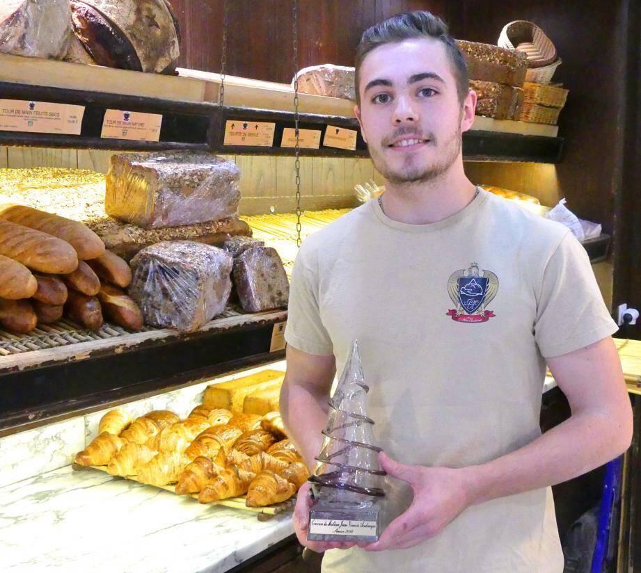 Yann Raimondo suit un bac professionnel au CFA de Carros, en alternance dans la boulangerie La Miche d'or, tenue par Jean-Marc Bordonnat.