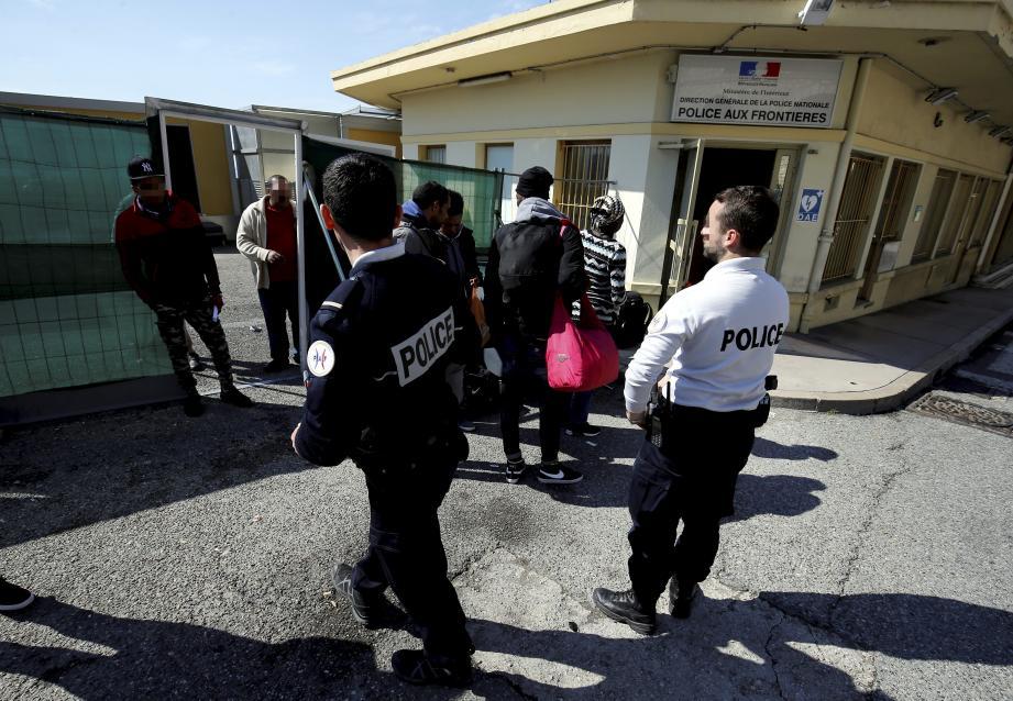 Les agents de la Police aux frontières (PAF) de Menton ont-ils trafiqué des documents pour pouvoir refouler des mineurs isolés en Italie en les faisant passer pour des majeurs?