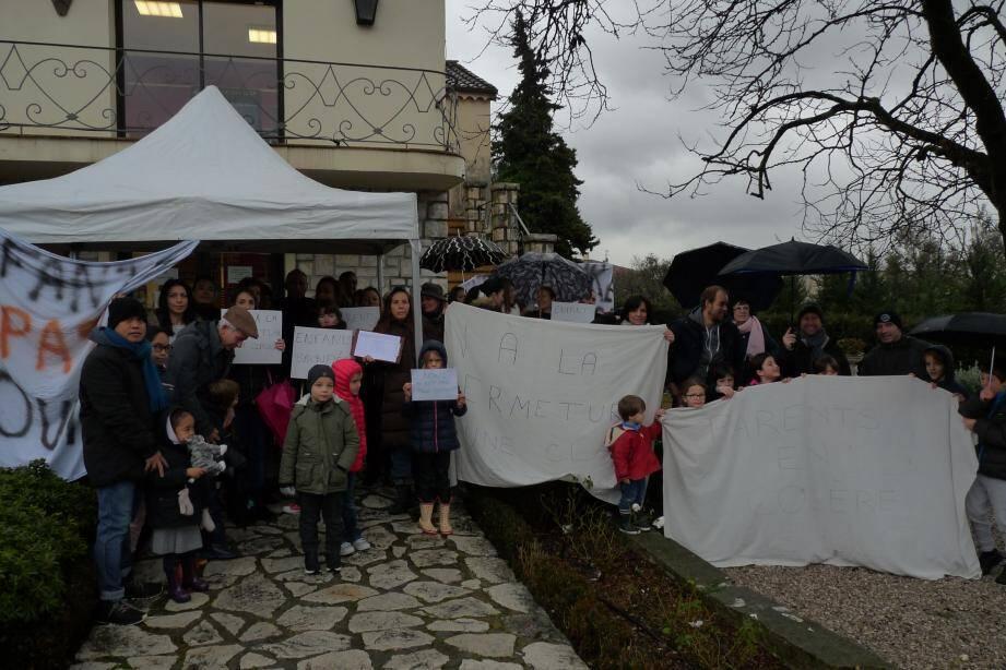 Les parents d'élèves de l'école Teisseire de La Colle-sur-Loup protestent contre la fermeture d'une classe à la rentrée 2019.