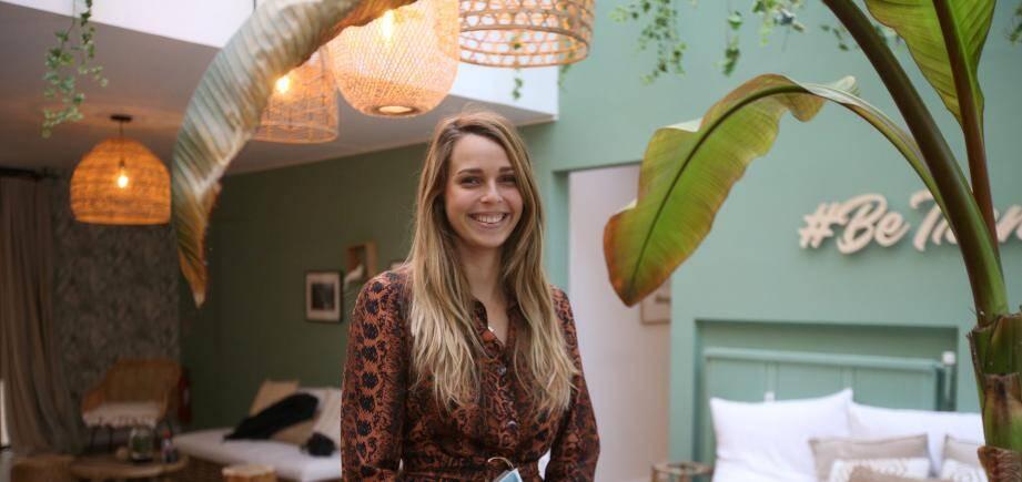 Ines Duhard dans l'espace de coworking Be Trendee à Cannes, qui accueille les locaux de Hoanui.