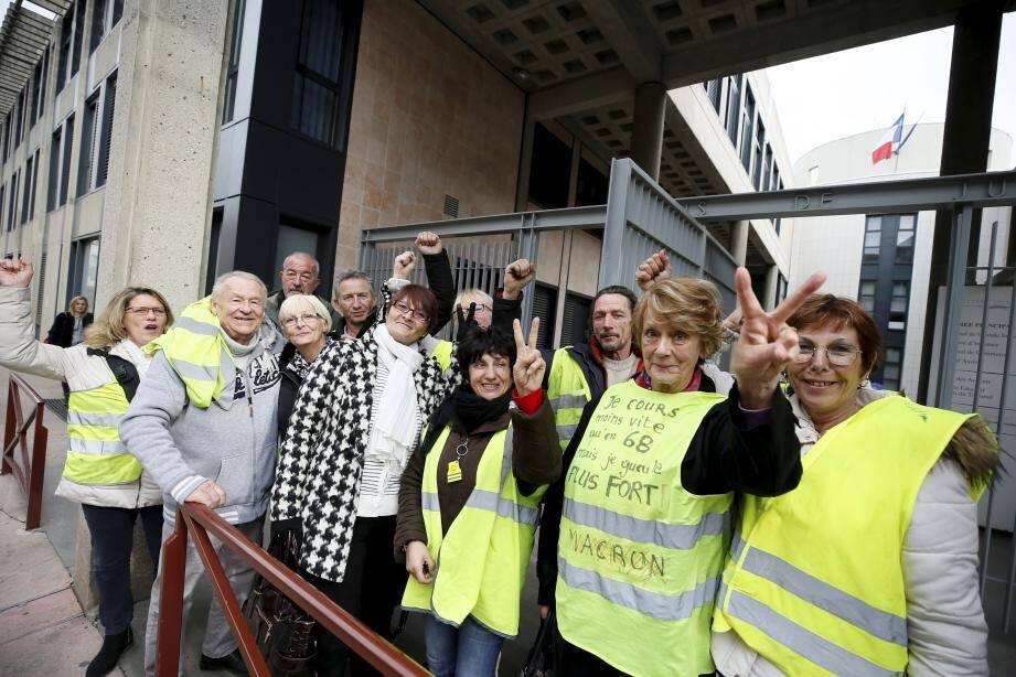 Des gilets jaunes de Fréjus venus soutenir l'un des leurs devant le tribunal de Draguignan.