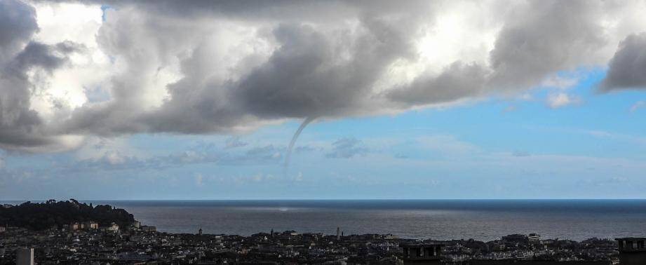 La trombe marine qui s'est formée au large de Nice, ce samedi 2 février.
