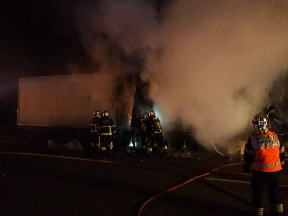 Les pompiers en intervention sur un camion en feu.