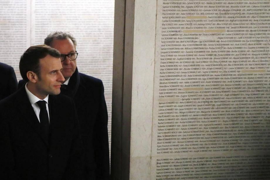 Emmanuel Macron s'est rendu mardi soir au mémorial de la Shoah à Paris.