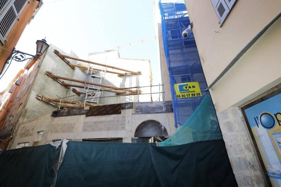 La reconstruction des immeubles au 47 et 49 rue Droite engendrent des vibrations, mais à la Ville on ne s'inquiète pas vraiment.