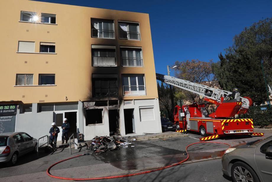Au rez-de-chaussée de cet immeuble, les dégâts sont considérables.