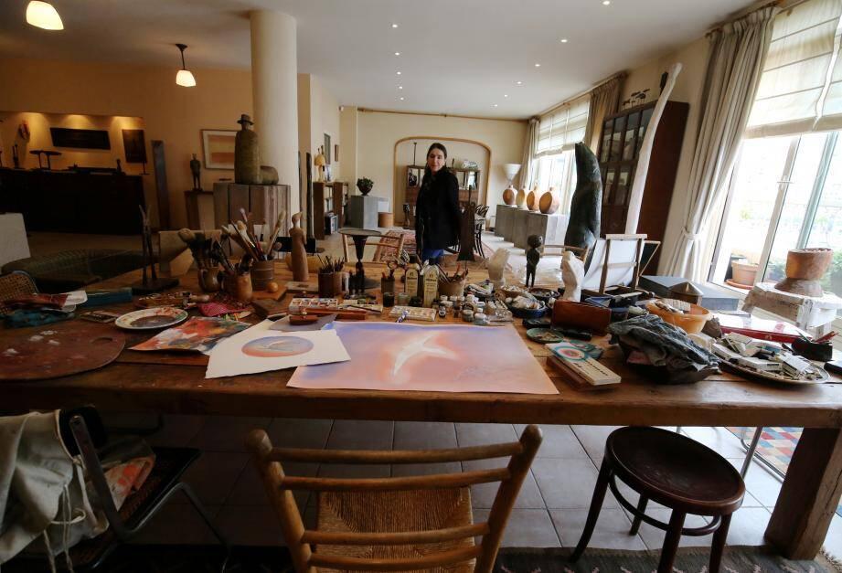 La table de l'artiste, au cœur de l'atelier, a été conservée comme il aimait qu'elle soit. ouverture au public de l'atelier de Jean-Michel Folon, aquarelliste, peintre, graveur et sculpteur belge, à Monaco - MCFF