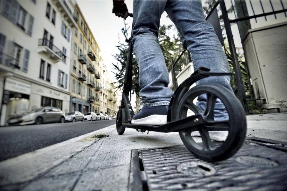 Sur le trottoir comme sur la chaussée, la trottinette (qu'elle soit électrique ou classique) est interdite en Principauté, sauf sur le quai Albert-Ier et sur la promenade haute du Larvotto. En France (comme ici àNice), le cadre juridique est flou mais sur le point d'évoluer.