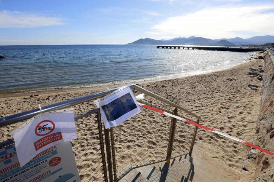 Rubalises et affiches signalent l'interdiction de baignade en vigueur jusqu'au 4 mars.