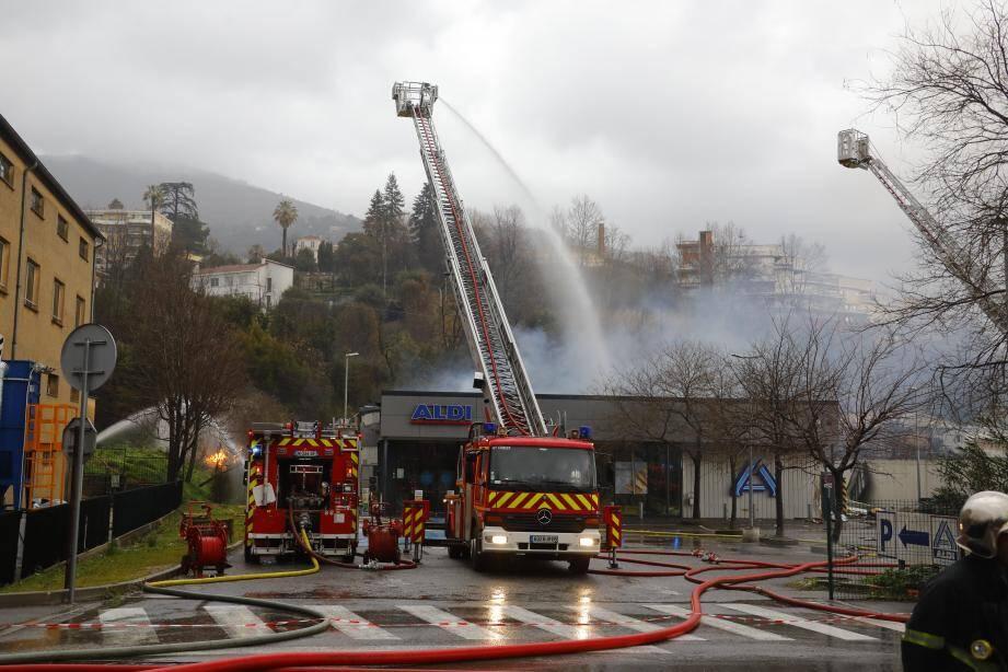 Une centaine de pompiers ont œuvré une partie de la matinée hier pour circonscrire le sinistre. Les équipes de GRDF étaient hier soir toujours à pied d'œuvre pour déterminer l'origine de la fuite de gaz.