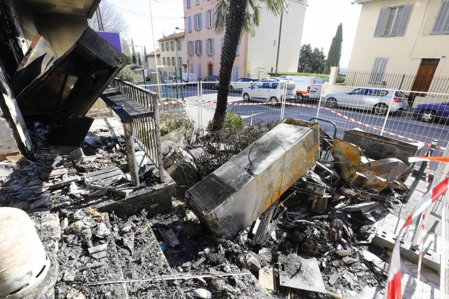 Les débris qui jonchent les abords du commerce témoignent de la violence de l'explosion.