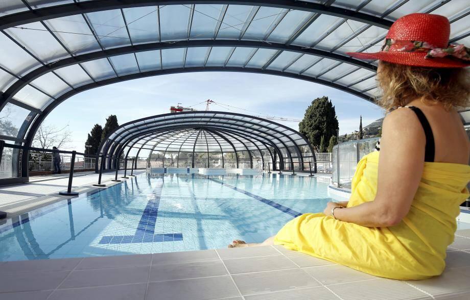 La piscine, chauffée, se découvre en été. Elle dispose d'un jacuzzi et d'une pataugeoire intégrés.