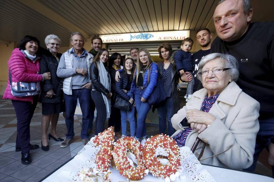 Olga entourée d'une partie de sa famille.Sur la photo de droite, Olga, 20 ans, sur le port de Monaco, radicalement différent.